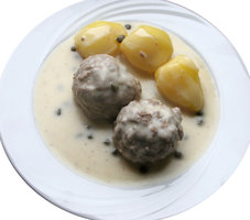 meat balls in white sauce